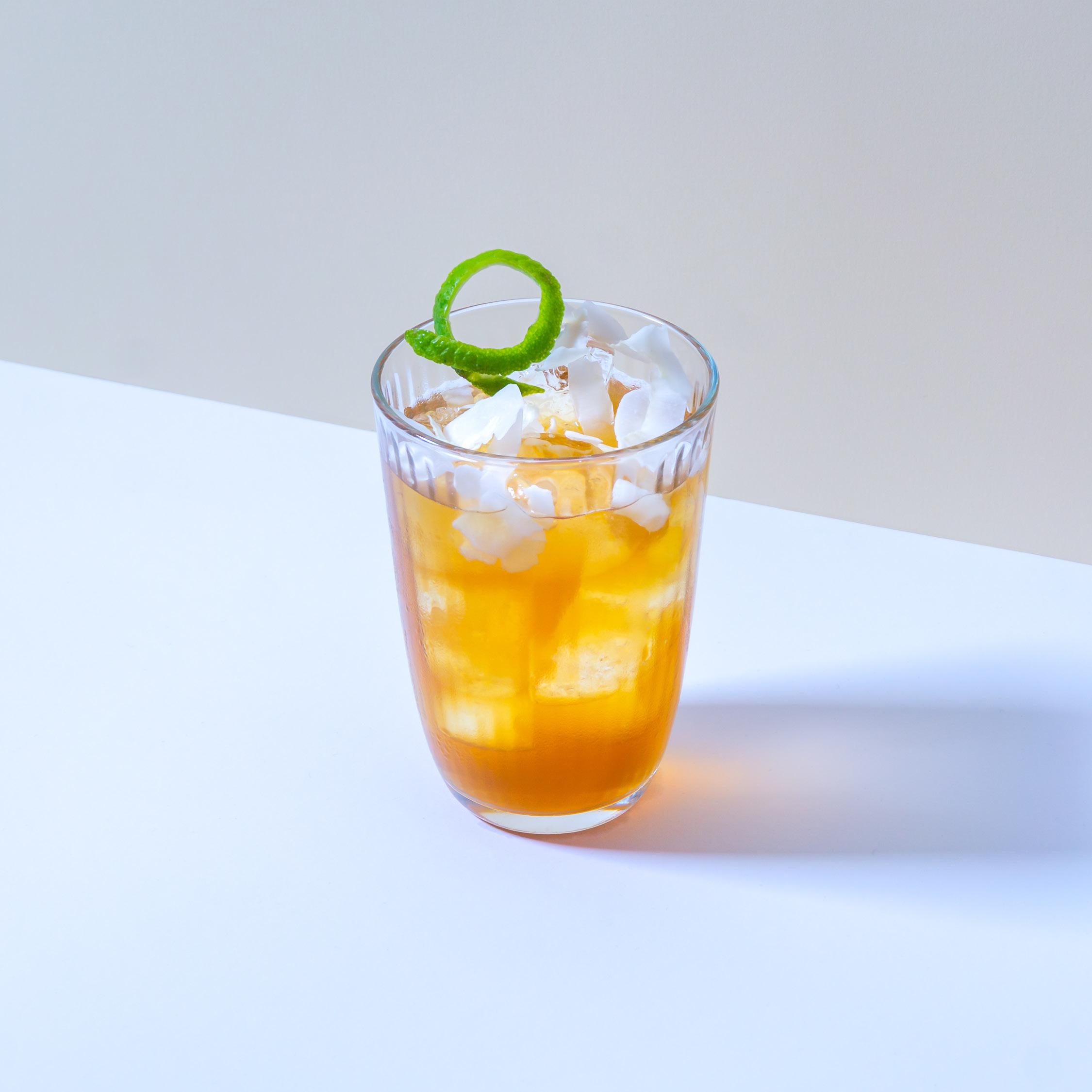 ESCOBAR   Ein Mix aus weissem und dunklem Pampero Rum mit einem Vanille-Cacau-Likör, Kokoswasser und einem leichten Rauch von Single Malt.