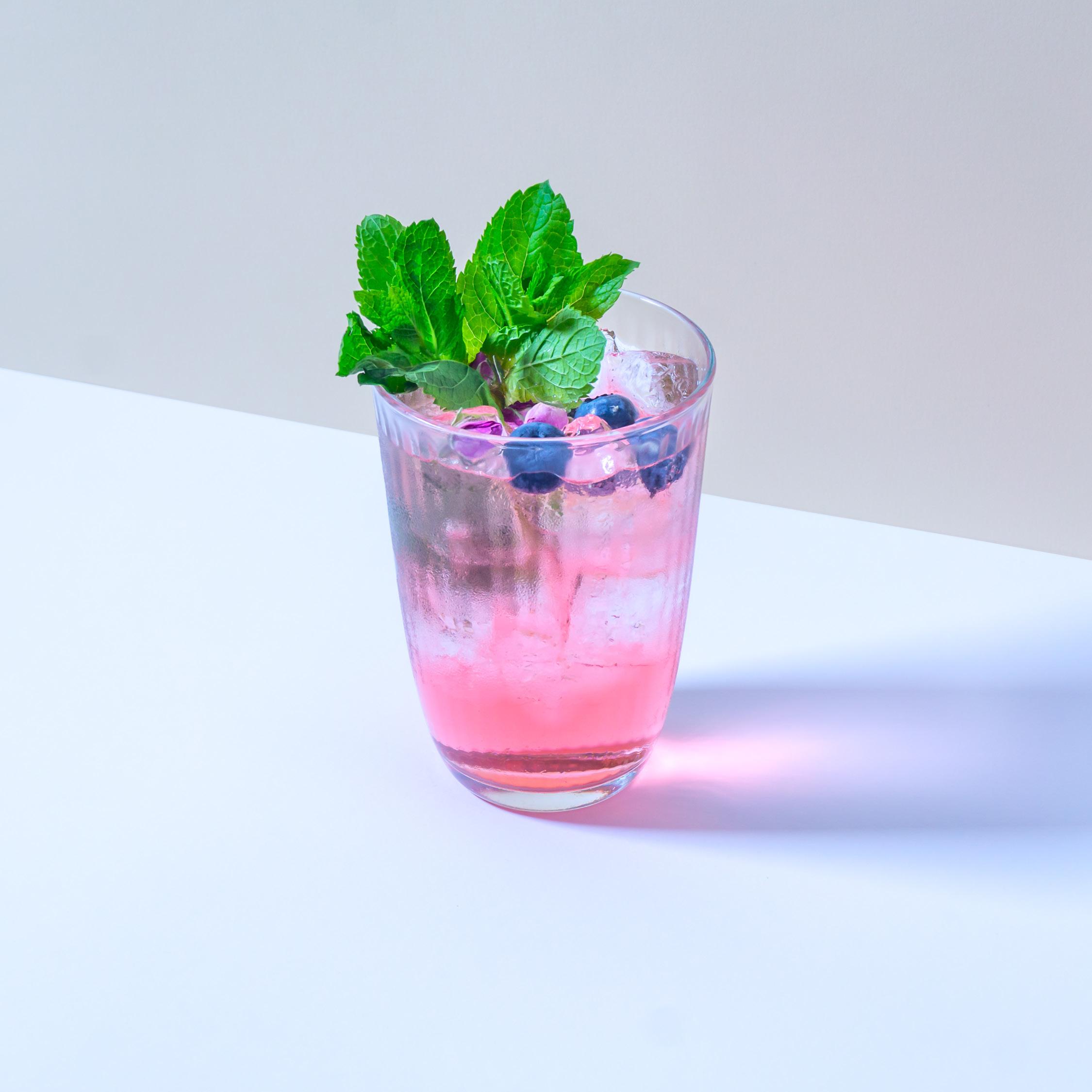 COPENHAGEN DESTILLAT AQUAVIT   mit Maulbeeren, Rosé und Dill mit Hibiskus Schweppes Premium Tonic.