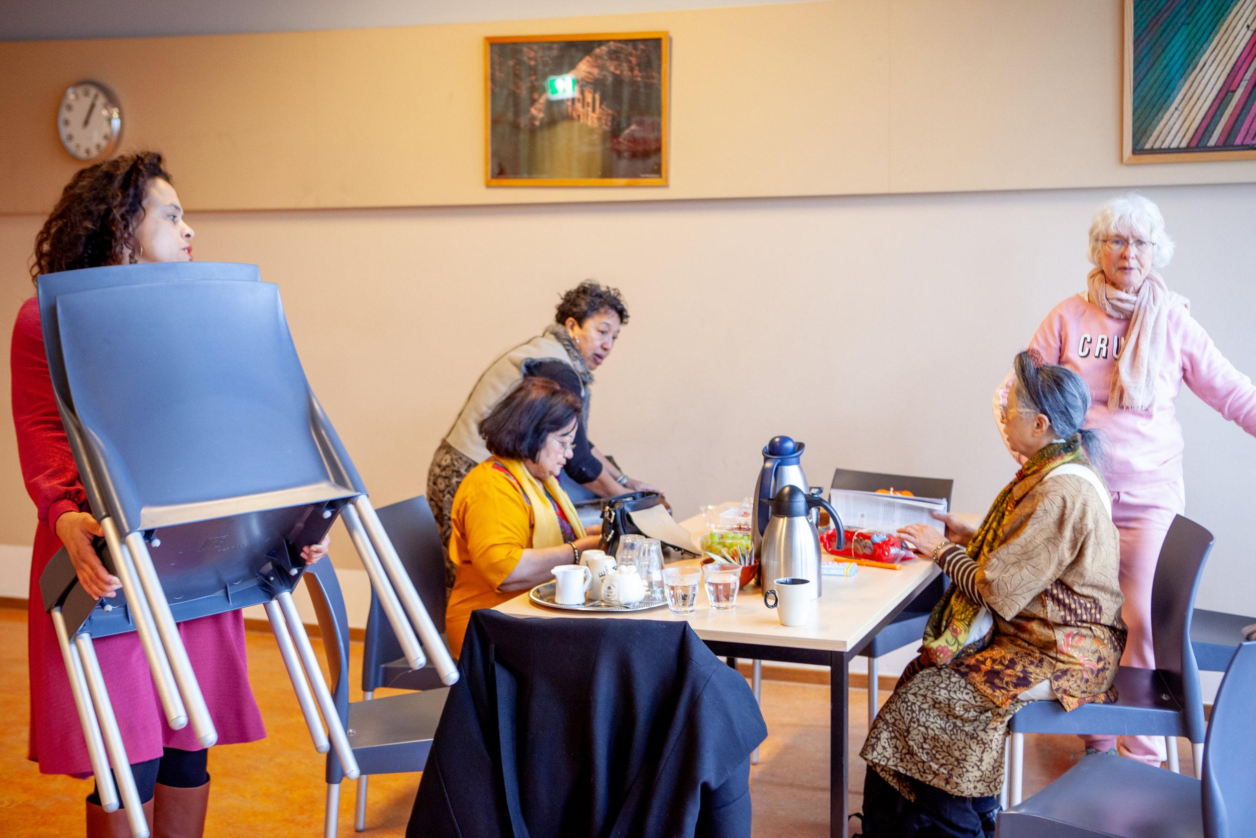 De voorstelling ontstond tijdens gesprekken. Aan tafel met koffie en koekjes vonden de vrouwen het vertrouwen, de veiligheid en het lef om zichzelf en hun verhaal te ontdekken en uit gaan dragen.