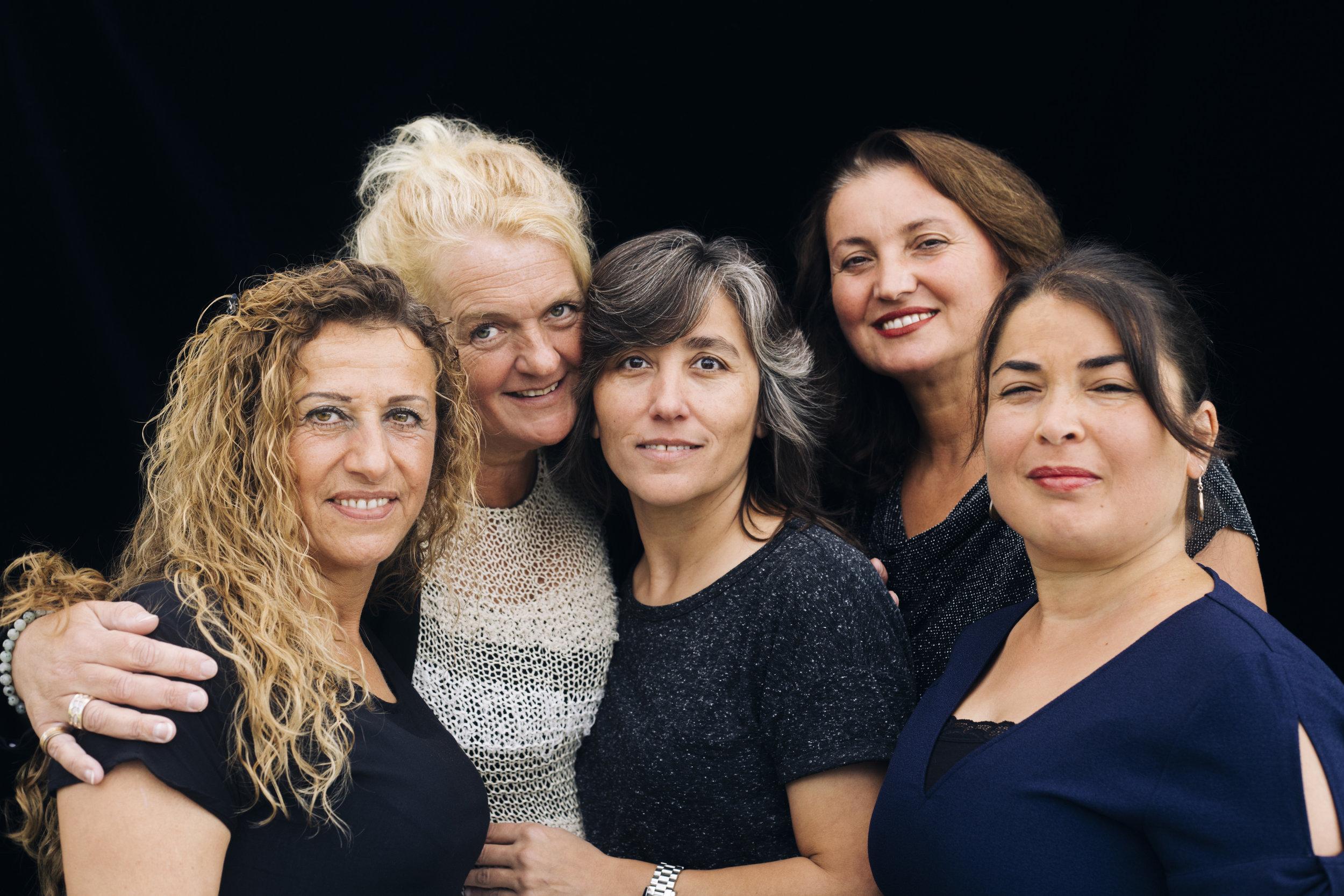 Ebru, Jolanda, Safira, Birsen & Hatice. Buurtrainers van Vrouw en Vaart en zwemdocent.