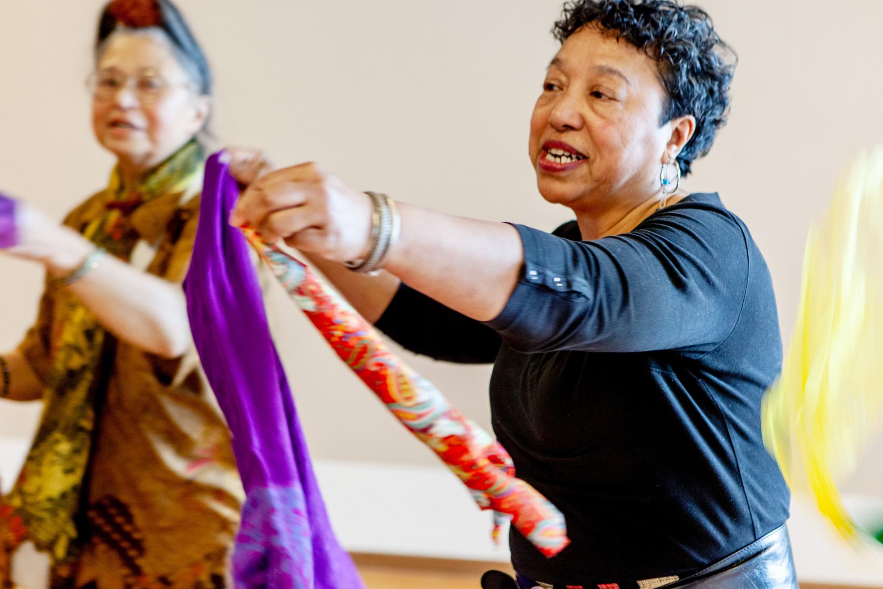 Dolly Hitipeuw: 'Ik vond het mooi om te zien dat Sylvia haar Indische 'roots' ontdekte. Ik had een zak vol met batikdoekjes, die heb ik allemaal aan haar gegeven.'
