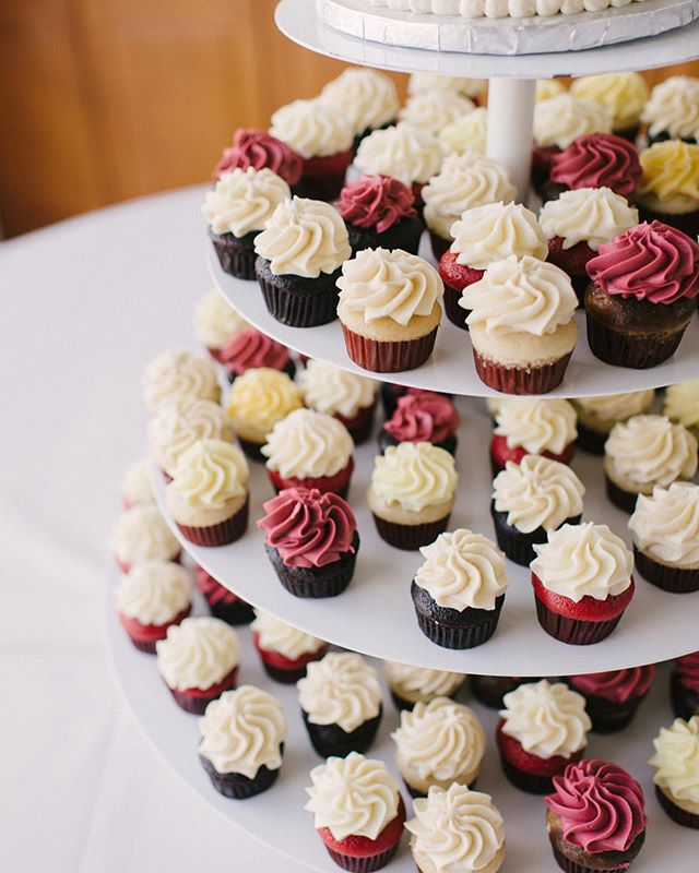 The BEST alternative to a traditional wedding cake? A cupcake tower, no question 🤤