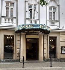 Det smukke og historiske HOTEL RANDERS står nu nyrenoveret og flottere end nogensinde før efter det brændte ved et tragisk uheld i 2016. Genopførelsen er udført med stor respekt og hjerte for hotellets oprindelige sofistikerede stil