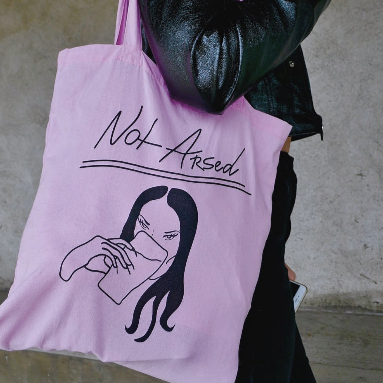 note arsed tote in pink