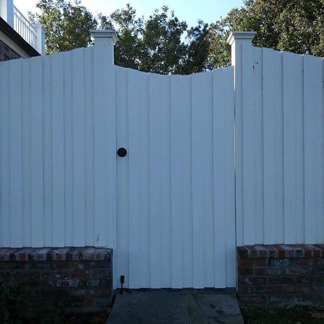 Pedestrian gate project with a commercial grade entry knob with powder coating white color paint. #swinggate #fencestaining #remodeling #orangecounty