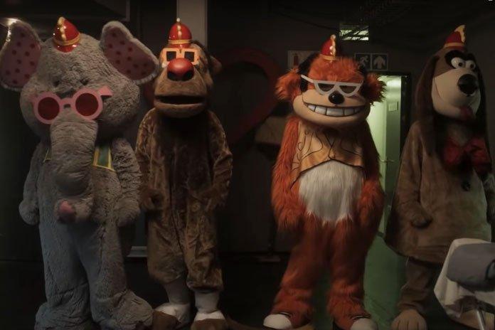 first-trailer-the-banana-splits-movie-696x464.jpg