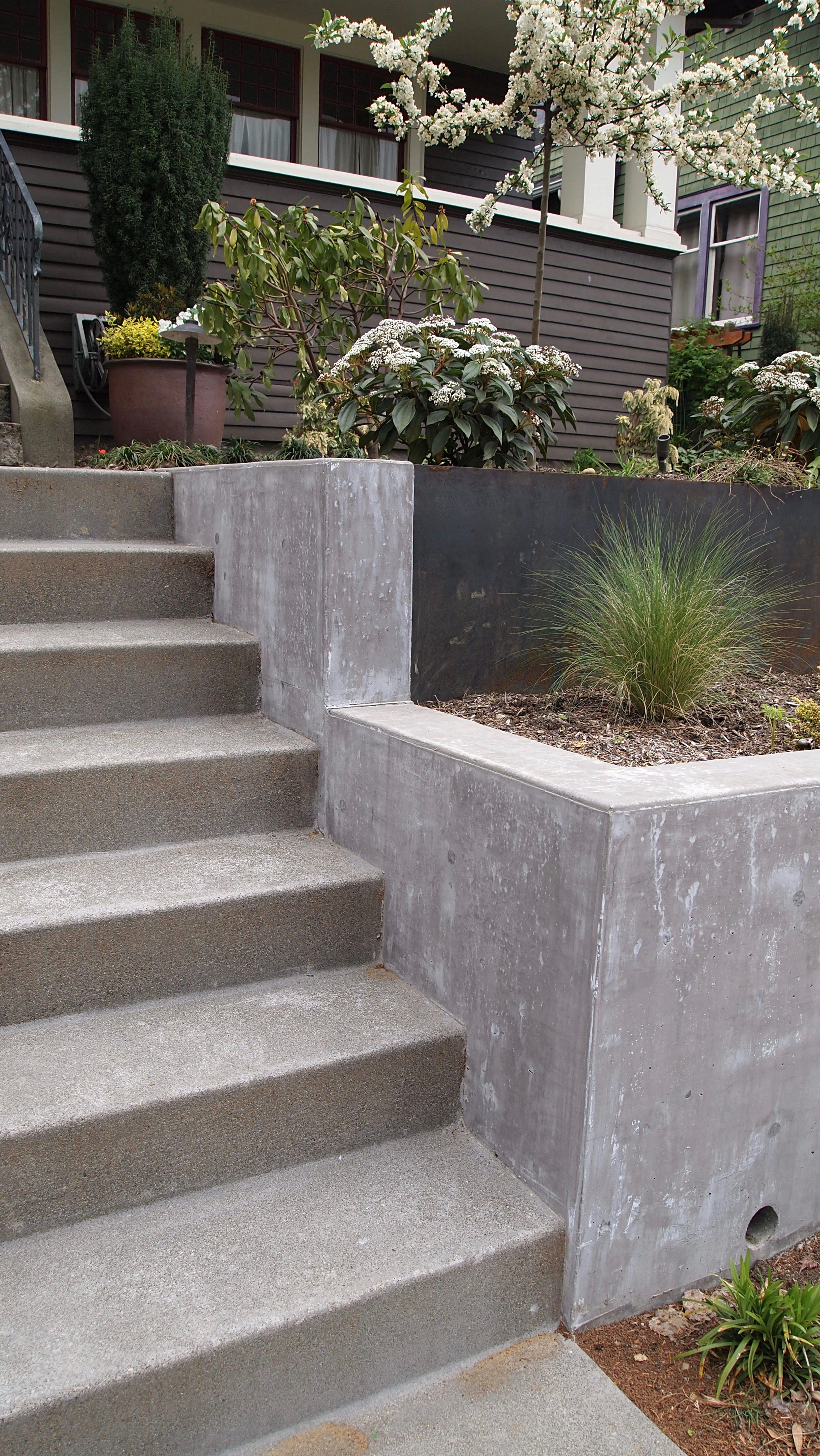STEEL PLATE  INTEGRATED INTO CONCRETE RETAINING WALL