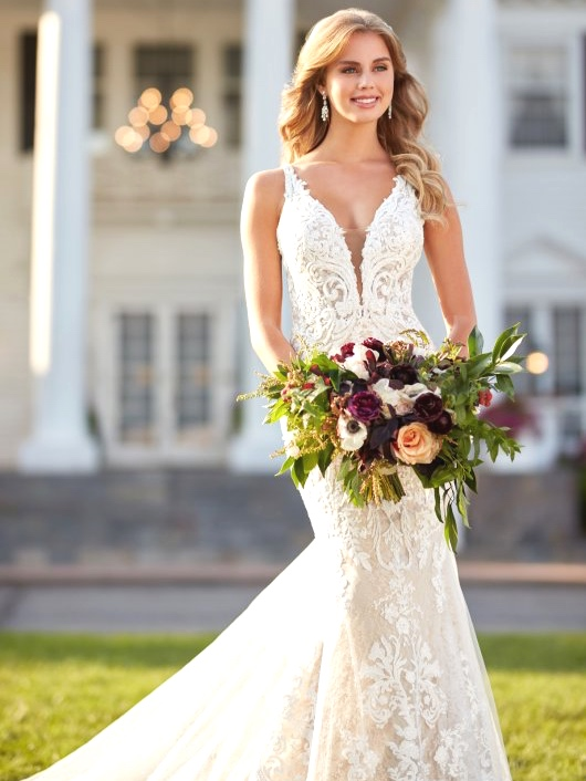 Martina Liana - PRICE RANGE: $2200-$5500G-L-A-M-O-R-O-U-SFrom luxurious fabrics and exquisitebeadwork to the finest laces, Martina Lianagowns are for the bride that radiatesconfidence & global glamour.