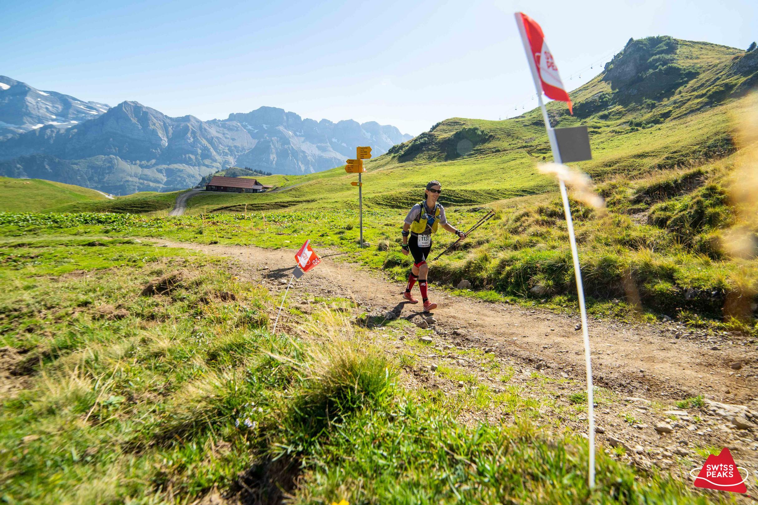 SwissPeaks Trail_Chemin avec drapeaux.jpg