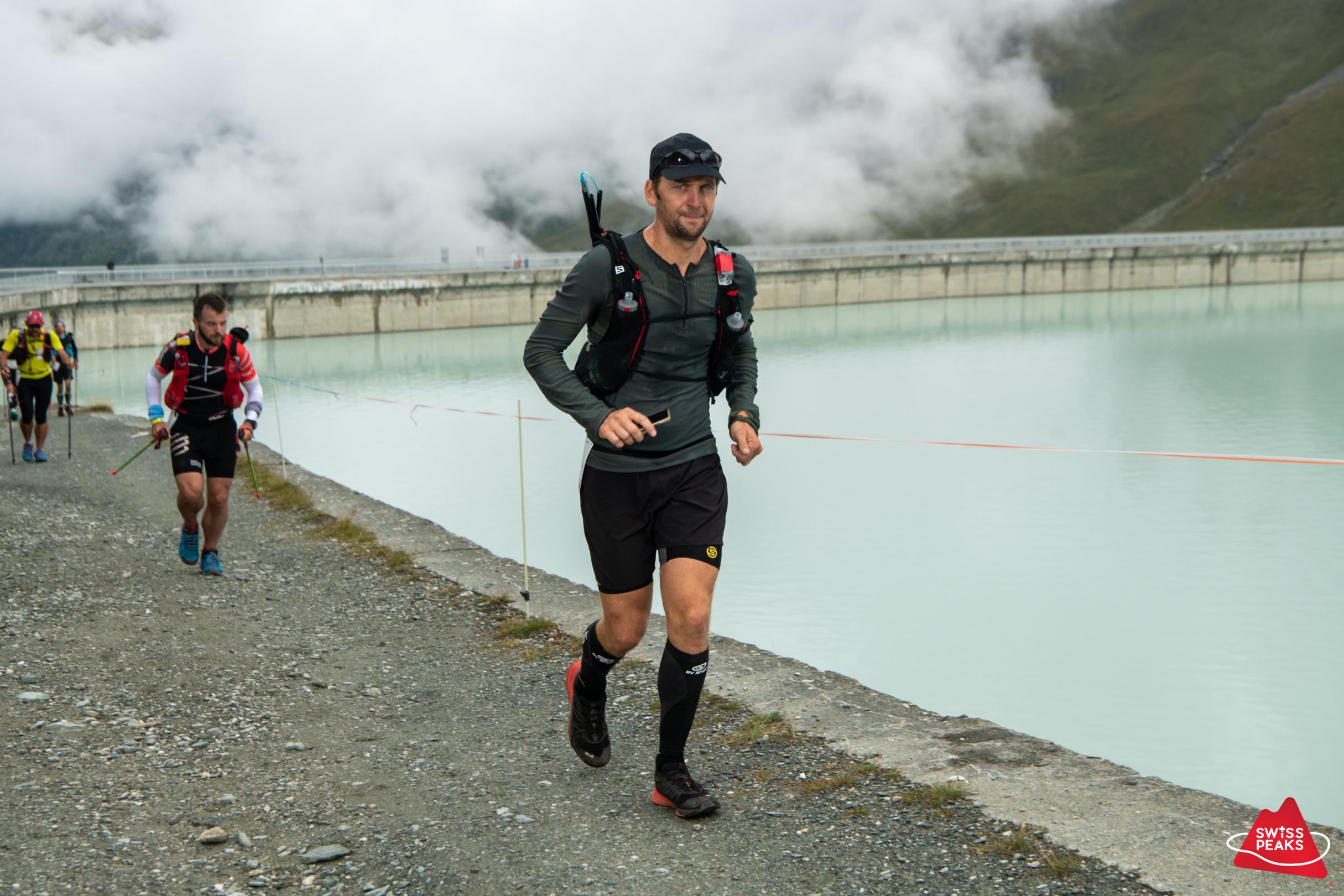 SwissPeaks Trail_Coureur devant Barrage.jpg