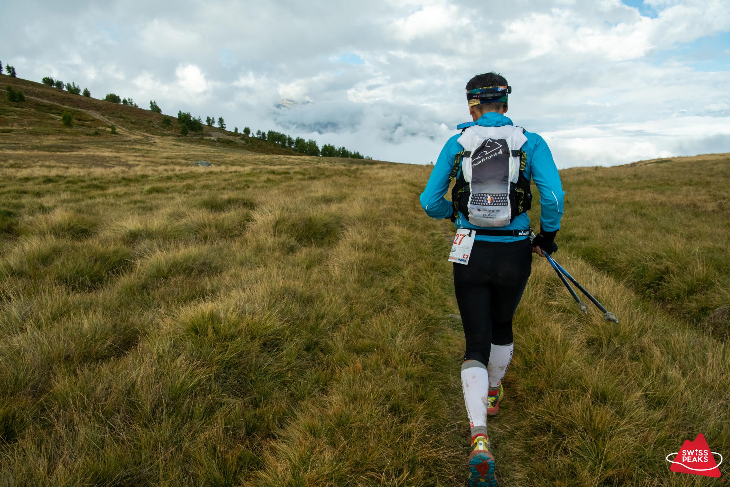 SwissPeaks Trail_Coureur en champ.jpg
