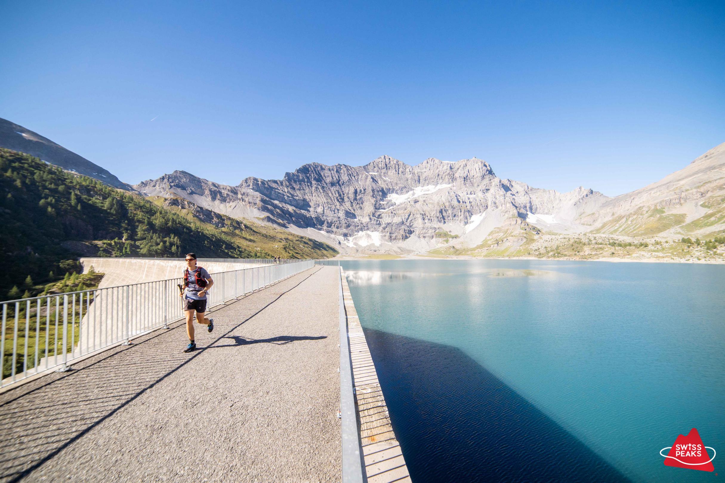 SwissPeaks Trail_Coureur 2 devant Barrage.jpg