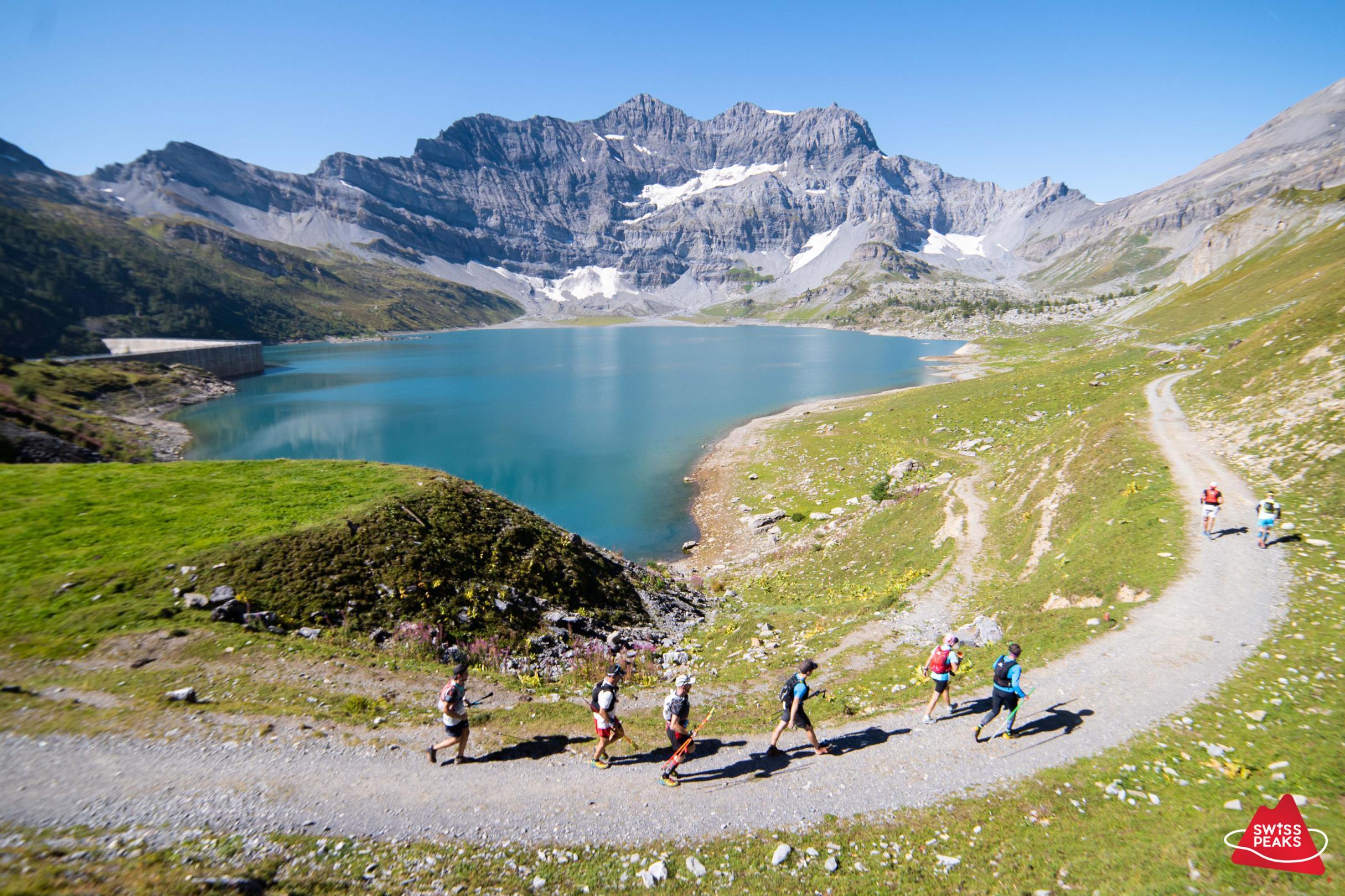 SwissPeaks Trail_Coureurs autour lac.jpg