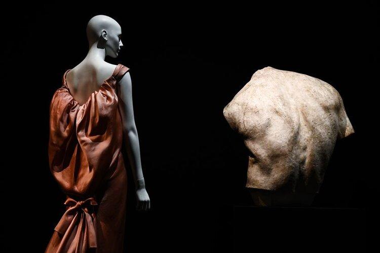 """Une robe Balenciaga (à gauche) à côté d'une sculpture d'Antoine Bourdelle (à droite), dans l'exposition """"Back Side / Dos à la mode"""" au Musée Bourdelle (Paris), en juillet 2019•  Crédits : Philippe Lopez - AFP"""