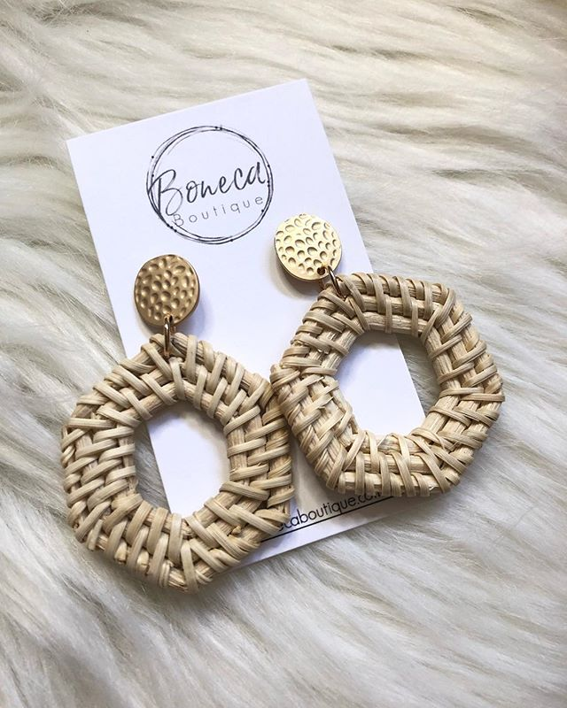 We love our rattan earrings collection 😍 How do you style yours?! Btw.. you might want to check stories for a CRAZY earring flash sale right now! . . . . #rattanearrings #earrings #womenaccessories #bonecababes