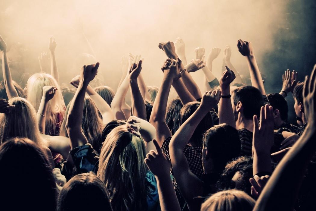 boy-girls-dancing-in-club-t2.jpg