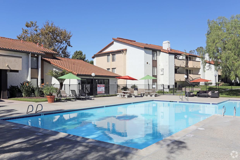 pepperwood-apartments-vista-ca-pool.jpg
