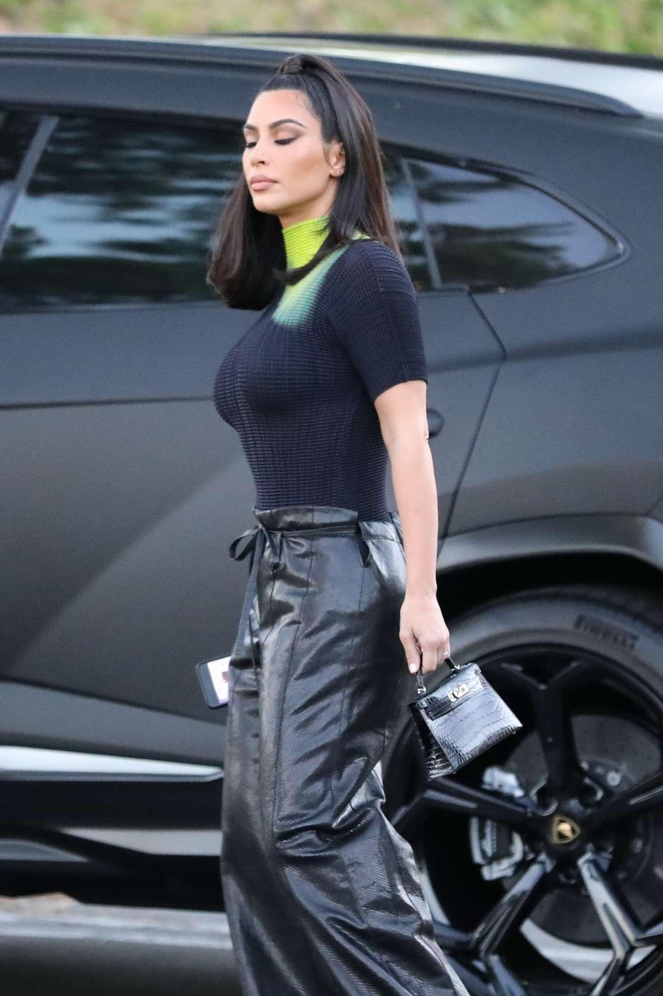 Kim Kardashian Arrives at the Commons Shopping Mall in Calabasas July 2019