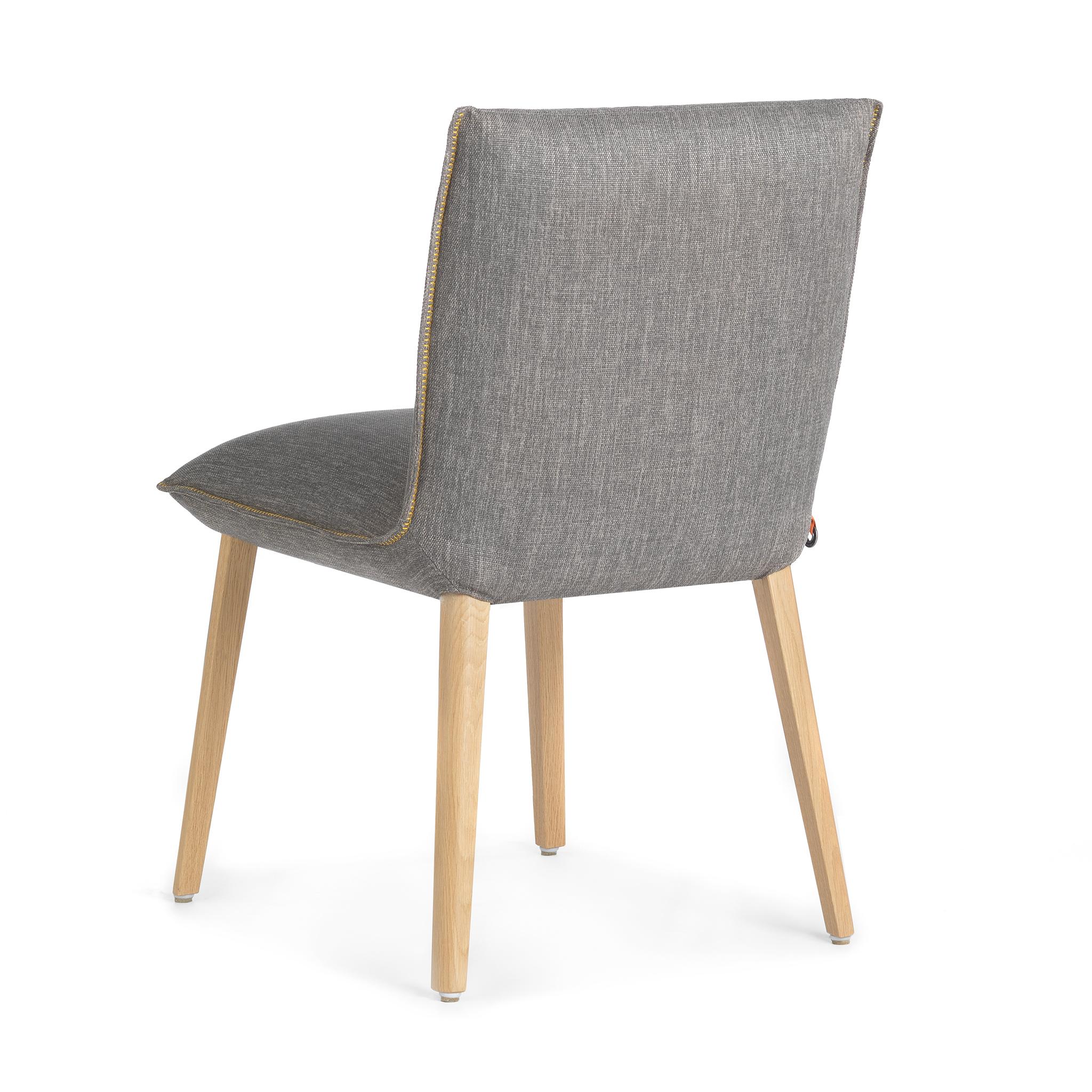 Un fauteuil à table
