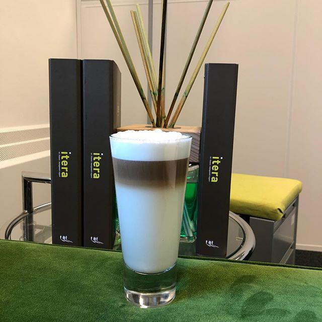Lekkere start van de dag!  Kom jij ook een lekkere Latte Macchiato bij ons op kantoor drinken?  #itera#start#friday#latte#macchiato