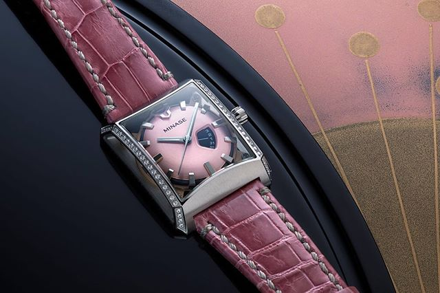 The 5 Windows mid-size in stainless steel, with a pink leather bracelet and diamondson the case sides. This beautiful and elegant watch was inspired by the cherry trees blossoming each year in Spring in Akita Prefecture.
