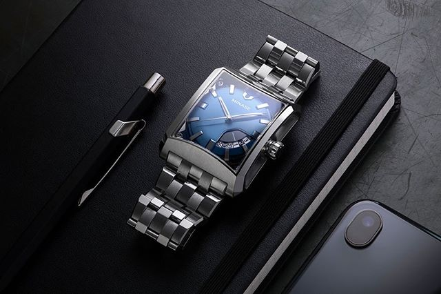 The Minase 5 windows mid-size in stainless steel. No fewer than 300 hours are needed to polish the case and bracelet. The final effect is brilliant alternating between polished and matte surfaces.