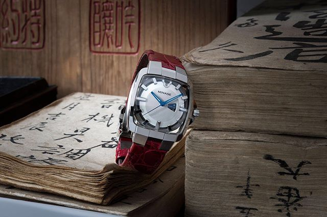 The Horizon mid-size in stainless steel with a red leather band. Minase is very attached to its origins and history and always takes them into account when creating new models.