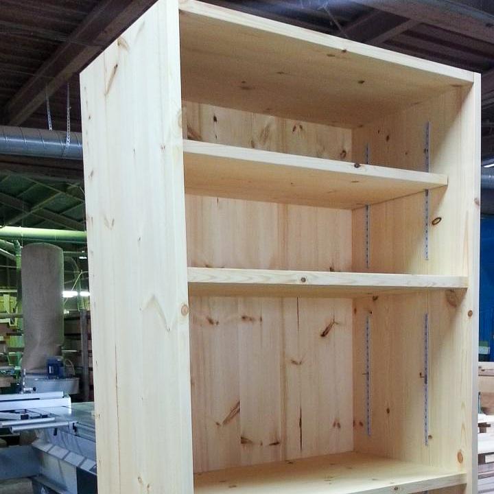 キッチンの収納スペースを設ける自然塗料仕上げセットの棚