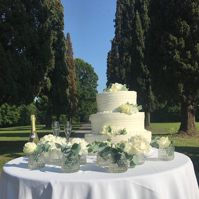 Wedding cake 🎂 Silvia&Stefano - 1 giugno 2019 @villa_subaglio  @lacasadeisaporievents . . #villasubaglio #merate #wedding #location #weddingday #love #matrimonio #locationmatrimonio #weddingday #weddingcake #sposi #marriage #tagliodellatorta #sposarsi #weddinginitaly