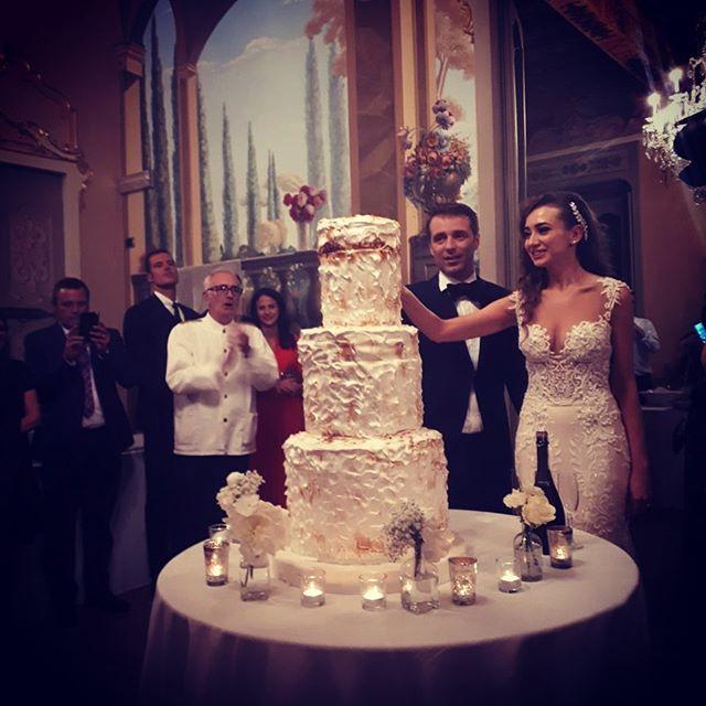 Il taglio della torta di Olga e Nicola - 18 maggio 2019 . . #villasubaglio #merate #wedding #location #tagliodellatorta #wedding #weddingday #weddingcake #sposi #love #party #matrimonio #matrimoniocom #weddingday