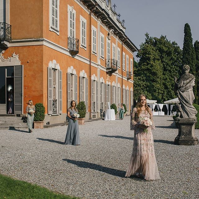 Le damigelle di Ester e Jonathan ❤️ @moumouphotography  @corsini.events_group  @newteambanqueting . . #villasubaglio #location #eventi #merate #wedding #weddingitaly #sposi #marriage #damigelle #ritocivile #love #weddingday