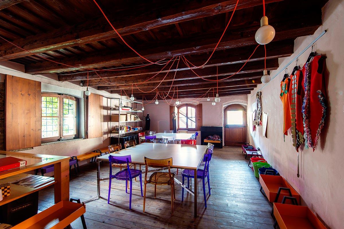 L'atelier - Il laboratorio di sartoria è un luogo vitale e creativo di formazione e produzione in cui si integrano stili e tradizioni antiche e contemporanee che provengono da diverse parti del mondo e qui fanno nascere progetti sartoriali originali e di qualità.