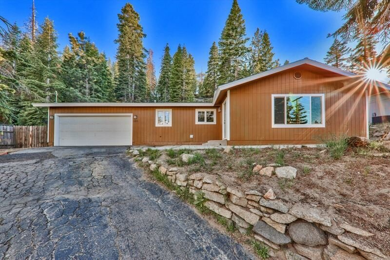 460 Barrett Drive, Stateline, NV  2 Bed | 2 Bath | 1,200 sqft | $545,000 Rhiannon Simpson | 612.298.1906