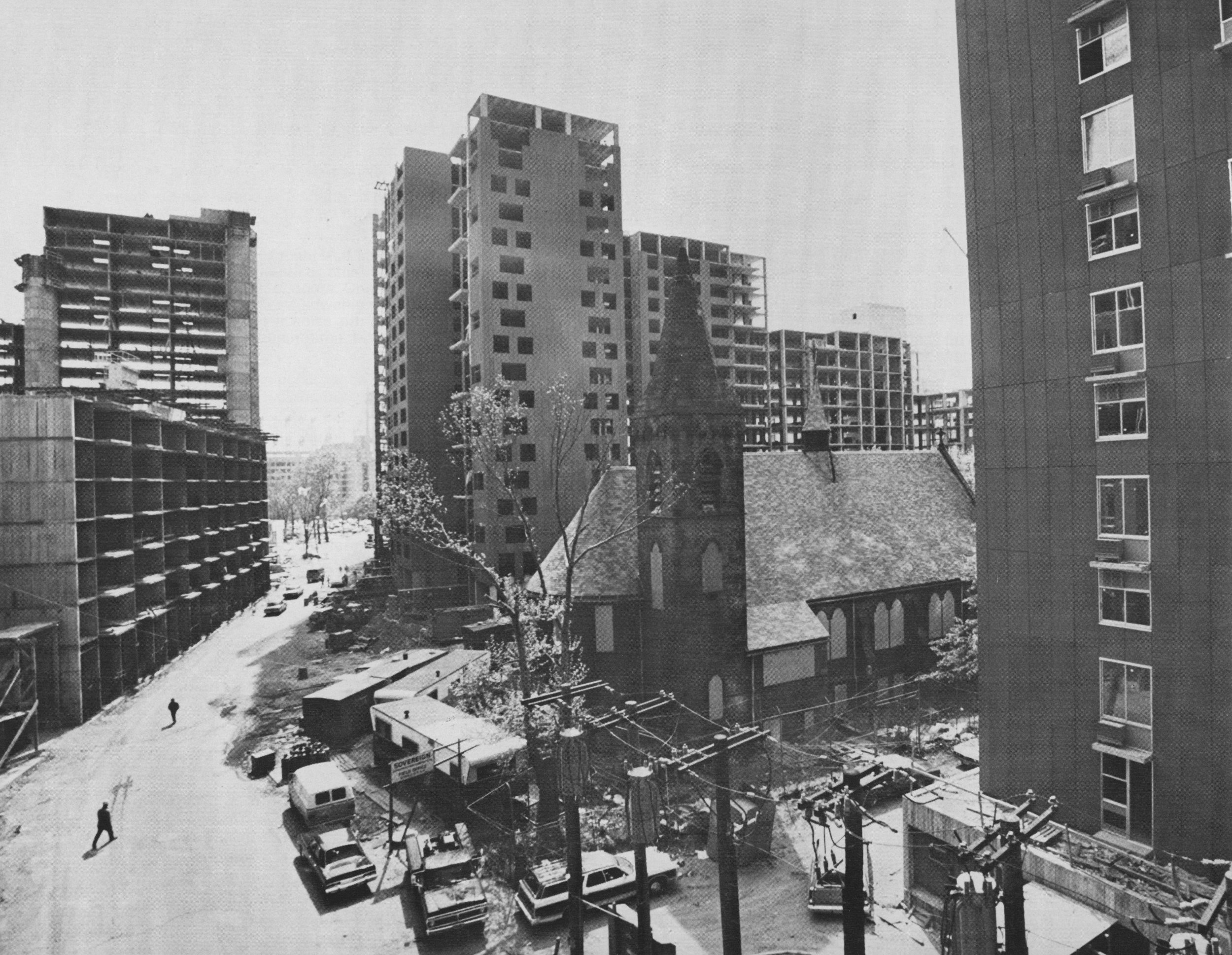 """Figure 1. Roosevelt Island, UDC's """"New-Town-in-Town,"""" under construction. Courtesy New York State Urban Development Corporation, Roosevelt Island Housing Competition, 1974."""