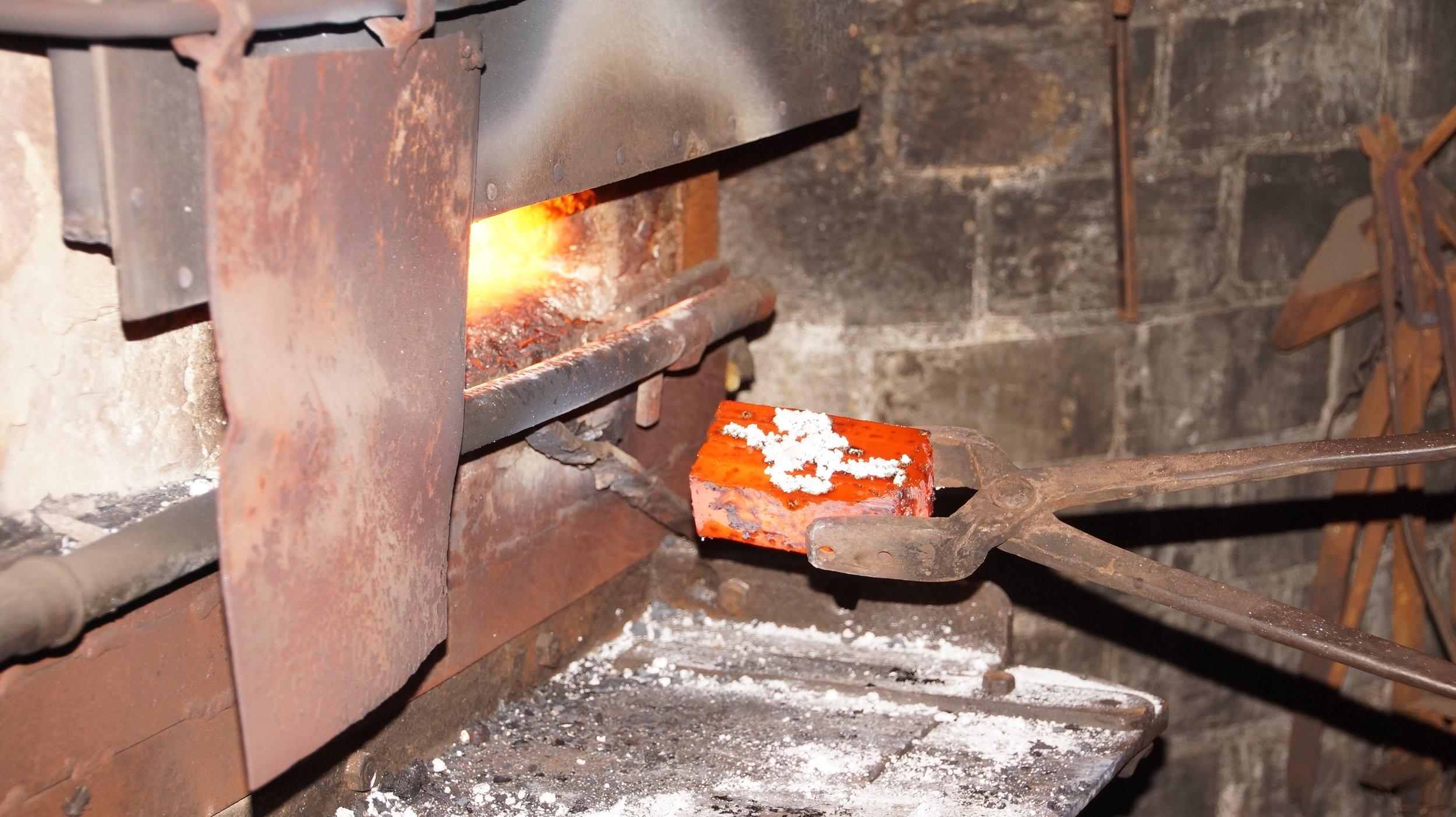Forging_of_Damascus_Steel_in_Solingen_01.JPG