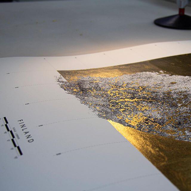 Details 👌🏻 . . . . . . . #finland #maps #willmakethings #design #minimal #wallart #interior #printmaking #print #commission #bespoke #handmade #details #gold #blackandgold #interiordesign #designinspo #gift #giftideas