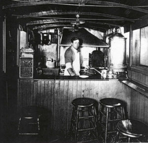 Louis_Lassen_Louis_Lunch_wagon_1907-1916-300x290.jpg