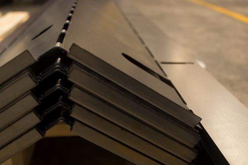 DOBLEZ - Ofrecemos precisión en doblez de metal, cubriendo las mayores exigencias en las tolerancias de tus piezas.