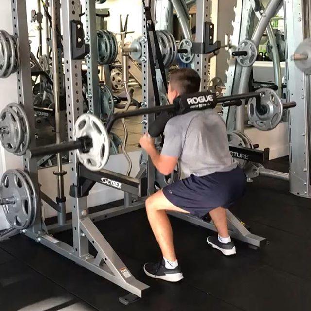 @urichmond bound hockey player @matt_crispi enjoying our new 70lb bar from @roguefitness . . Climbed the ladder then went back down the ladder 😓 superset with 10 squat jumps! 🦵 on 🔥  120lbs x15 170lbs x12 220lbs x10 270lbs x8 220lbs x10 170lbs x12 120lbs x15  #legday #weighttraining #apexfitnesscr #lift #hockey #richmond #squats #saquanlegs #fitness
