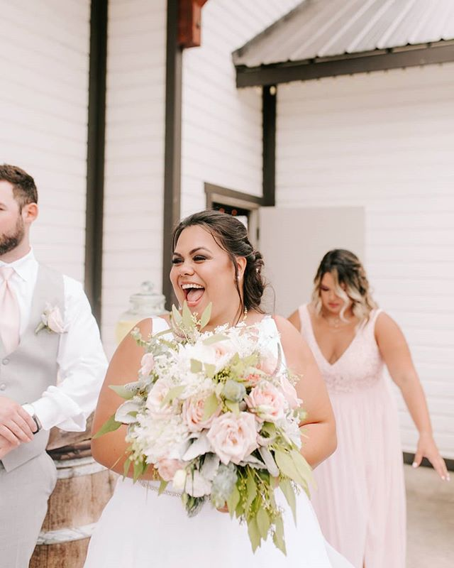 "That, ""omg, I just got married!!!!"" kinda of look #ellaflorencephotography"