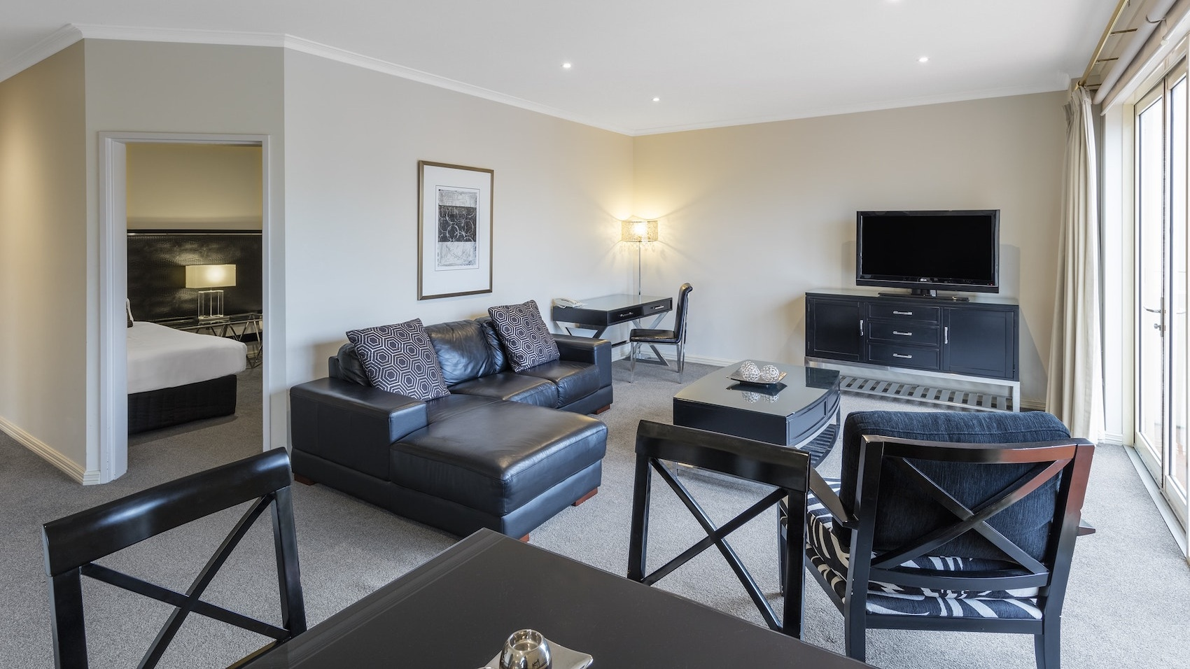 2 Bedroom Apartment - 1 KING BED & 2 SINGLE BEDS • MAX 4 GUESTSA fully self-contained apartment ideal for families or longer stays.