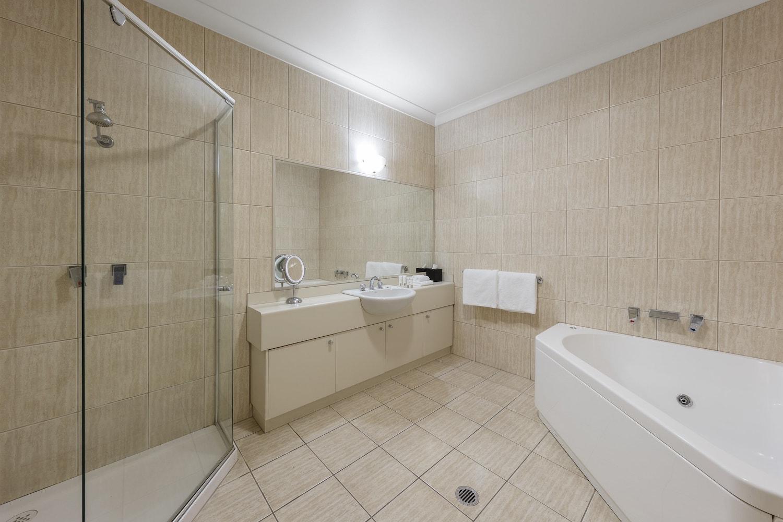 best-western-plus-the-carrington-shepparton-hotel-accommodation-executive-spa-2.jpg