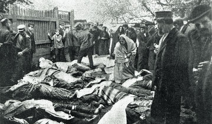 Corpses of the Jews killed in the 1904 Bialystok pogrom laid down outside the Jewish hospital. (Wikimedia)