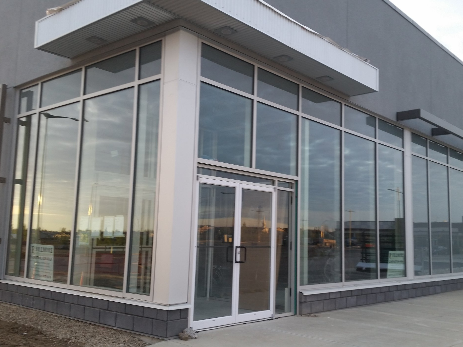 Coulee Glass an Aluminum Sotrefront