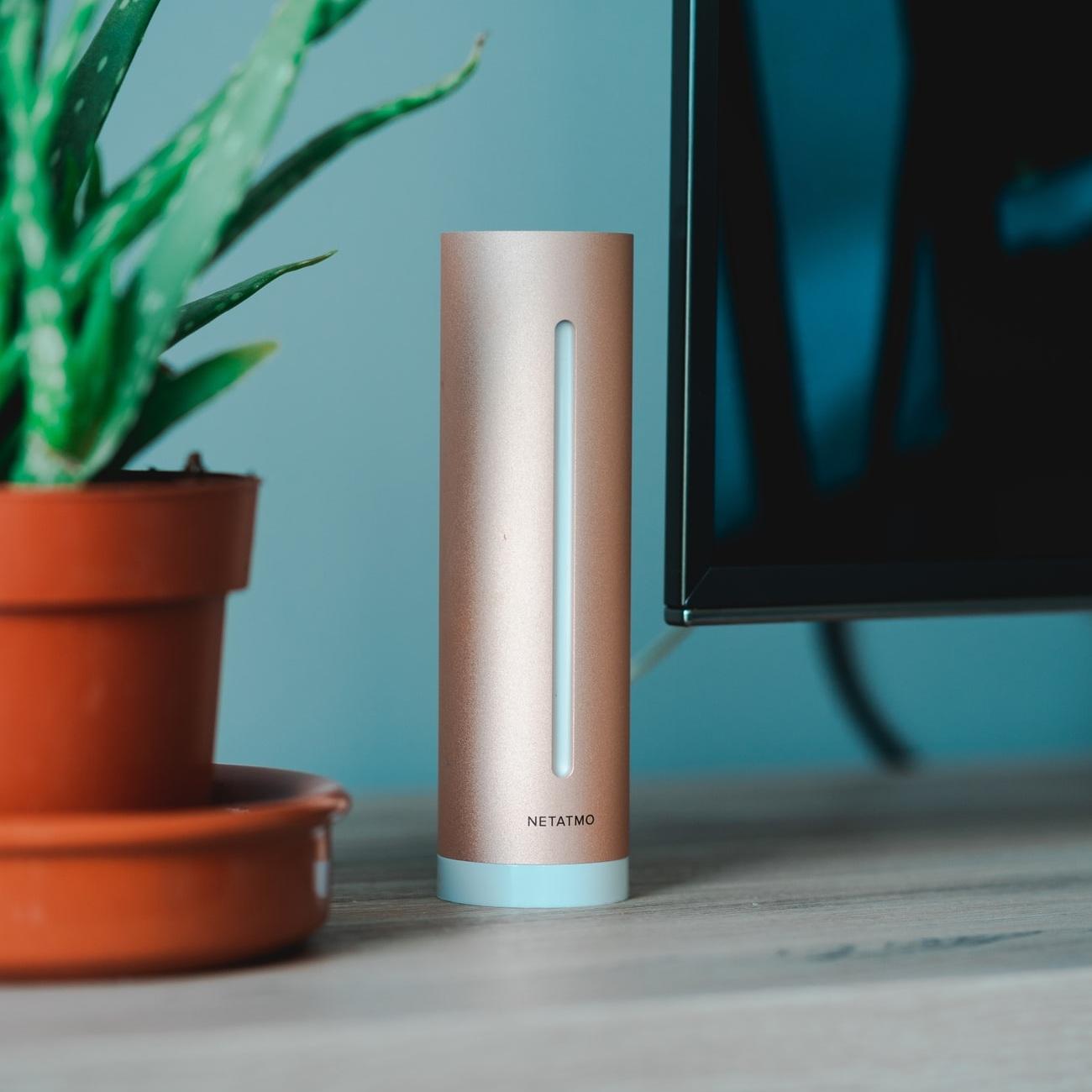 """Netatmo smarter Raumluftsensor - Der Netatmo smarte Raumluftsensor bestimmt durchgehend die Luftqualität, Luftfeuchtigkeit, Temperatur und Lärmpegel in deinem Raum und sagt dir Bescheid an welcher Stelle was """"nicht stimmt"""". Alle Daten erhältst du in Echtzeit auf dein Smartphone.• In der App (iOS und Android) erhältst du Tipps wie du dein Wohnraumklima verbessern kannst.• 3 Profile einstellbar: Allgemein, Baby, Person mit Asthma• Möglichkeit mehrere Räume gleichzeitig zu überwachen"""