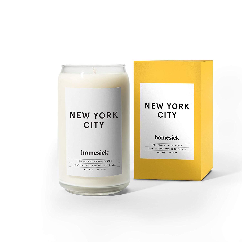 Homesick Duftkerze - Die Homesick Duftkerze gibt, wenn angezündet, den für ein bestimmtes Land, eine Stadt oder eine Region typischen Geruch ab.• Handgegossen in den USA• Besteht aus natürlichem Sojawachs• Brennt zwischen 60 und 80 Stunden