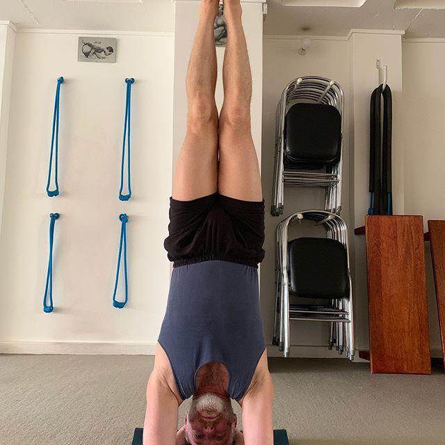 Sirsasana I —  Sirsasana II —  Sirsasana I #iyengaryoga #iyengaryogaaustralia #iyengaryogasydney #yogasurryhills #yogasydney #yogamarrickville #yogaredfern #yogapaddington #yogabondi #yogisofinstagram #yogisofoz #instayoga #yogaeverydamnday #yogaeveryday #sirsasana #sirsasana2 #headstand #headstandpractice #inversions #peopleofpunchpass