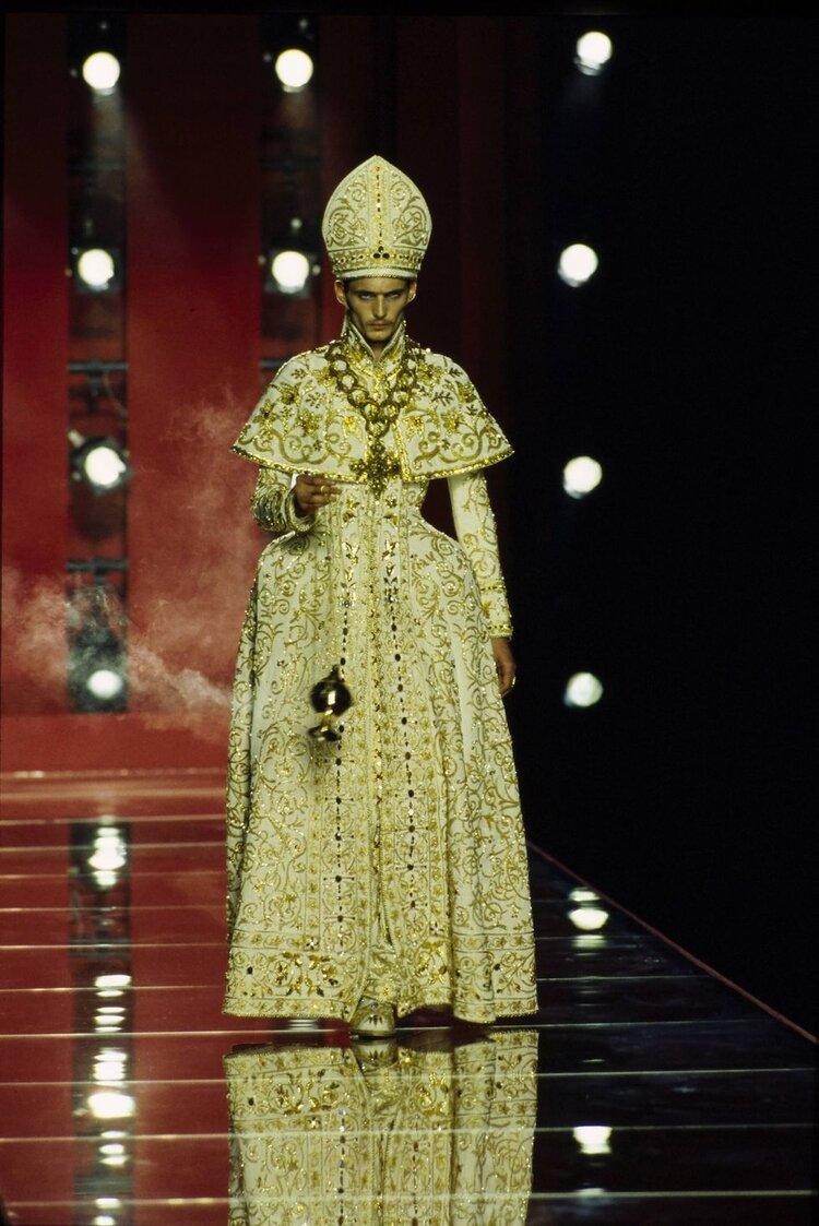 "Dior por John Galliano no desfile chamado ""Freud ou Fetiche"", 2000"
