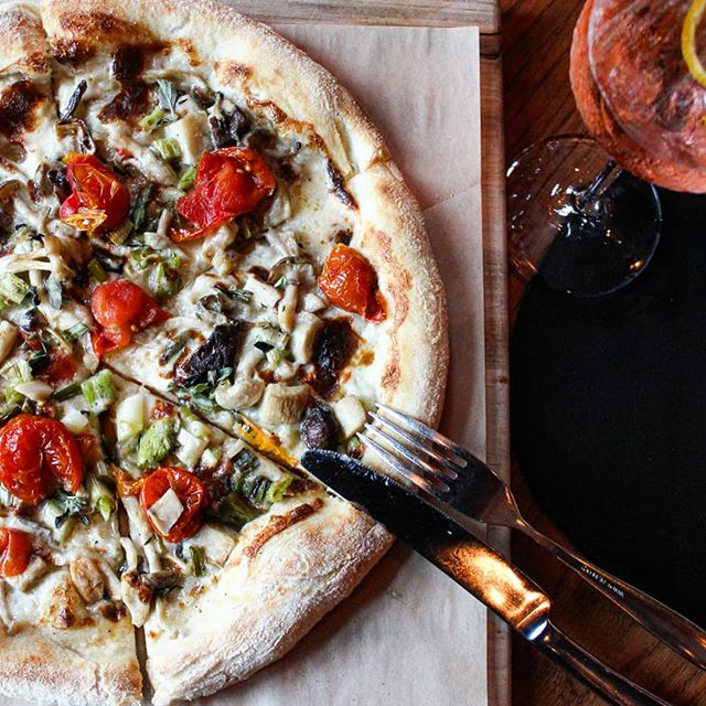 Where should you eat this weekend? Here's one idea: Grab a pizza 🍕 and a spritz 🍹 at Donetto (@DonettoATL). Their new pizza menu is 💣 -- the fungo and the prosciutto pies are my fave! They also have a great patio, and they're within walking distance of before and after-dinner drinks & entertainment, like @tintinatl and @paintedduckatl Tell me: Do you have any weekend plans yet?  . . . . . #pizzatime🍕 #spritztime #summertime☀️ #patiodining #westsideatl #italianfoodlover #outdoordining #iloveitalianfood #buzzfeast #beautifulcuisines #eeeeeats #zagat #dailyfoodfeed #forkfeed #eatwelllivewell #huffposttaste #buzzfeedfood #f52grams #feedfeed #spoonfeed #atlantarestaurants #heresmyfood #exploreatl #atlfoodie #yelpatlanta #zagatatlanta #eateratlanta #annafeasts