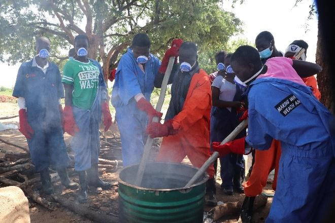 Picture SEQ Picture \* ARABIC 4: Youth demonstrating the process of making the plastic waste with local materials in Ofua 2 village.
